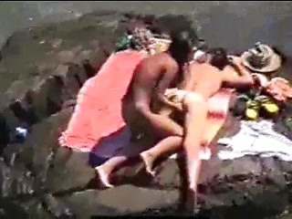 Mind blowing voyeur beach scene with amateurs...